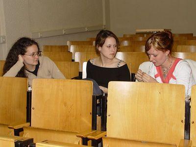 """2005-04-05_04561 Eva, Lisa und Elisabeth in einem """"total leeren"""" Linguistikseminar"""