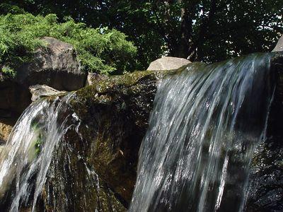 2005-06-04-05079 Herumklettern auf Leipzigs Wasserfall