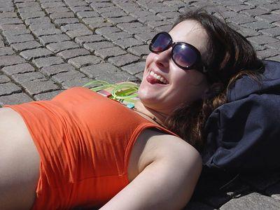 2005-06-23_05345 Lisa bräunt ihre Zunge auf dem Augustusplatz