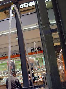 2005-06-06_05092 Springbrunnen machen Schleichwerbung (P.S. genau vor einem Jahr am 6.Juni 2004 hab ich mein 1. Daily Photo gemacht!)