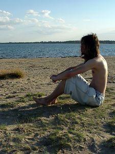 2005-07-31_05811 Sebastians Blick schweift über den menschenleeren Strand am Cospudener See (fotografiert von Lisa)