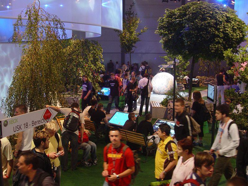 2005-08-18_06070 der schönste Stand auf der Games Convention mit echten Bäumen und Parkbänken mit eingebauten Bildschirmen zu den Füßen - der XBox-Stand