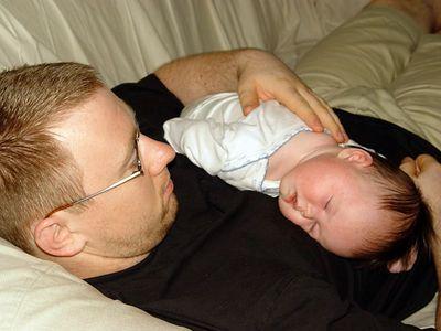 2005-08-19_06086 Aicke und Leonie in der Küche auf der Couch