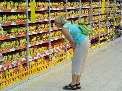 """2005-08-22_06099 Mutti in Kaufland - """"Wo versteckt sich nur die Waldpilzsuppe?"""""""