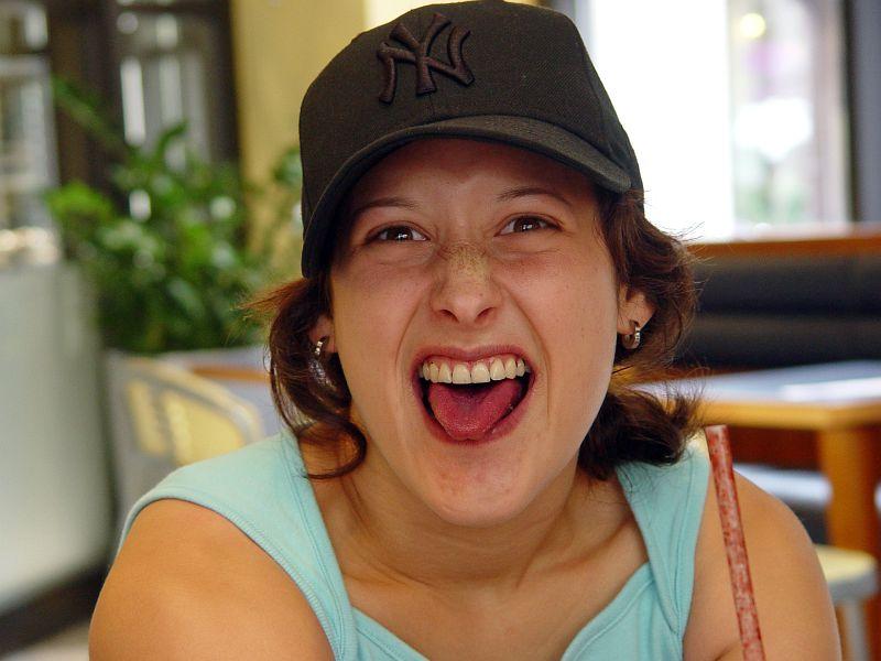2005-09-02_06161 Lisa nach nem Blaubeeren-SmoothieLisa after having a blue berry smoothie