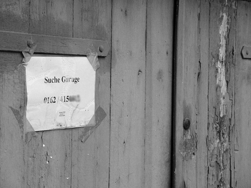 2005-11-30_07437 an eine heruntergekommene Garage geheftet: 'Suche Garage' posted on a shabby garage: 'Suche Garage' (looking for a garage)