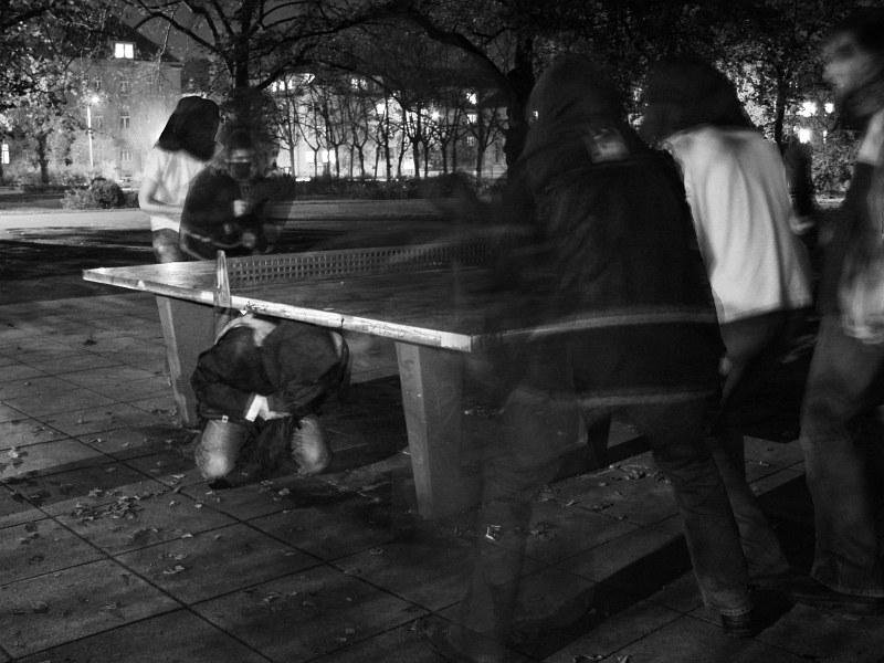 2005-11-09_07182 Tischtennis im Park playing table tennis in the park
