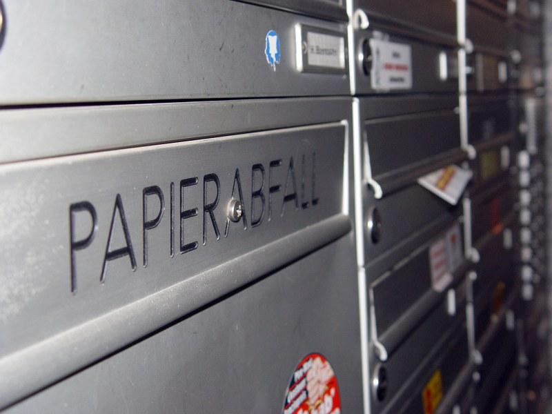 2005-11-24_07370 Es sieht aus wie ein Briefkasten und befindet sich auch neben anderen Briefkästen - aber die Aufschrift 'Papierabfall' sagt etwas anderes. It looks like a mailbox and is located next to other mailbox - but the label 'paper waste' states something else.