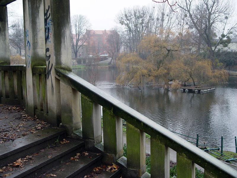 2005-12-23_07799 Der Schwanenteich hinter meiner alten Schule sieht noch aus wie eh und je. The Schwanenteich ('swan lake') behind my old school hasn't changed much.