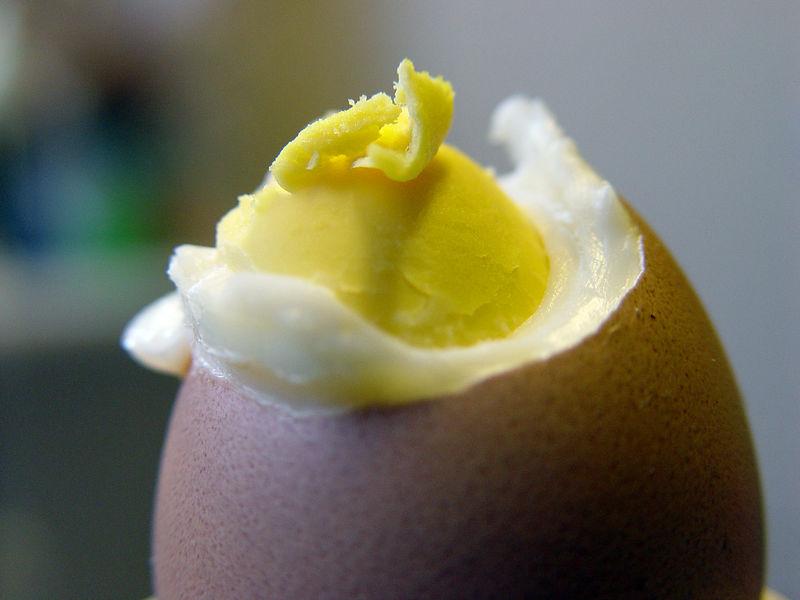 2005-12-26_07868 Muttis Frühstücksei ist während des kochens aufgeplatzt. Mom's morning egg cracked while cooking it.