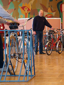 2005-12-10_07607 Alte Fahrräder waren bei der Versteigerung des Leipziger Fundbüros besonders gefragt - hier ein sehr praktisches Klappfahrrad. Old bicycles sold very well at the auction of the lost and found office in Leipzig - here you can see a handy and small bicylcle that you can fold in the middle.