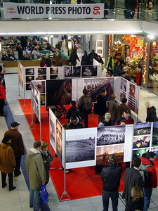 2006-01-21_08343 Wieder ists einmal soweit - die World Press Photo 2005 Austellung ist wieder auf dem Leipziger Hauptbahnhof. Again the time of the year - the World Press Photo 2005 exhibition is again at the Central Station in Leipzig.