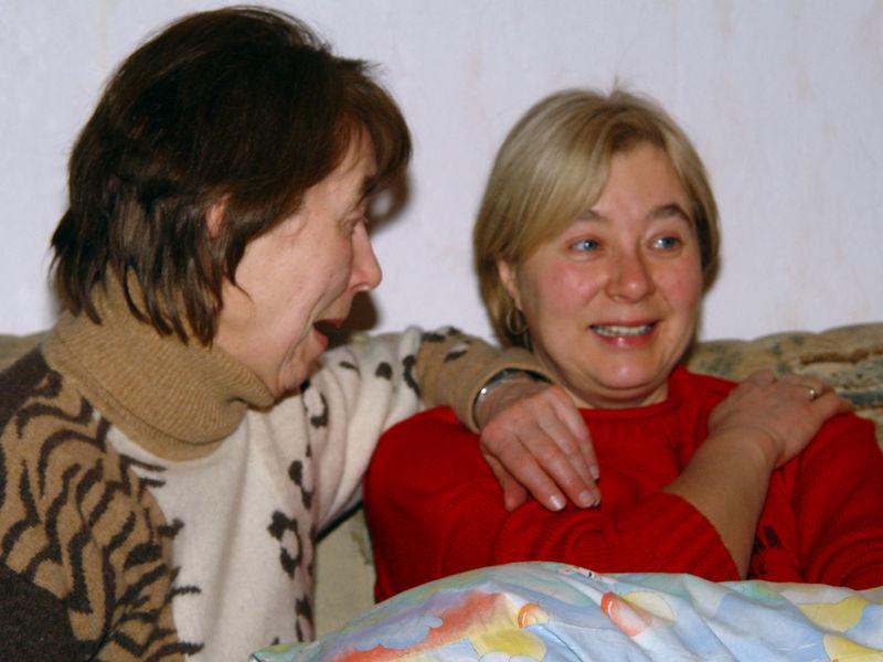 2006-01-23_08407 Muttis an ihrem Geburtstag zusammen mit Schwesterherz Marita. Mom's birthday celebration together with her sis Marita.