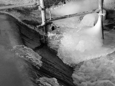 2006-01-28_08449 Wasserstromverwirbelungen swirled stream of water