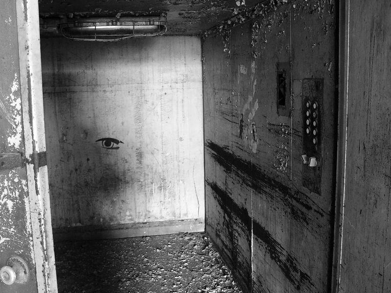 2006-01-08_08135 Jemand Lust auf Fahrstuhl fahren!?!? Sieht noch aus als würde der funktionieren! Anyone in for using an elevator ride - anyone!?!? It still looks functional!