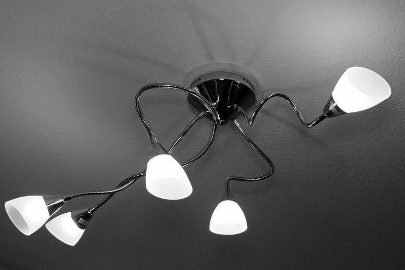 2006-02-04_08517 'Raumschiff an Erde!' - Nach 2,5 Jahren habe ich endlich mal eine richtige Lampe als Ersatz für die nackte von der Decke hängende Energiesparlampe. 'Spaceship calls Earth!' - After living 2,5 years in my room I finally got a replacement lamp for the bare energy-saving-bulb that was directly wired to the ceiling.