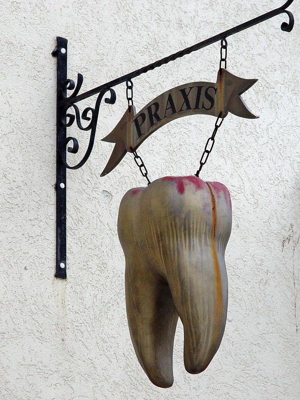 2006-02-06_08526 Zahnärztin Renate Lenke mit Sinn für Humor - mit diesem Zahn werden die Patienten schon von weitem sichtbar auf die Praxis aufmerksam gemacht. Dentist Renate Lenke with a sense of humor - this tooth makes the patients aware of the dentist's practice from the distance.