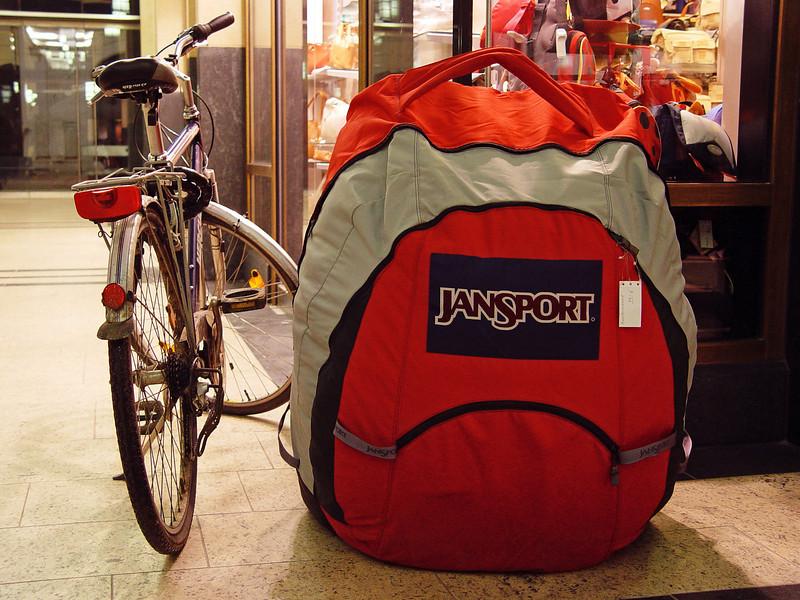"""2006-02-21_08724<span class=""""ger""""> Wer braucht einen etwas größeren Rucksack?</span><span class=""""eng""""> Who needs a littlebit bigger backpack?!</span>"""