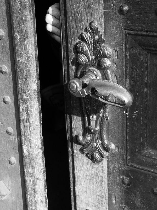 2006-02-24_08753 Gerade als ich diese Tür fotografieren wollte, machte sie jemand von Innen auf. Zum Glück hab ich rechtzeitig den Auslöser betätigt. Just as I wanted to photograph that door someone opened it. Luckily I pressed the shutter in time.