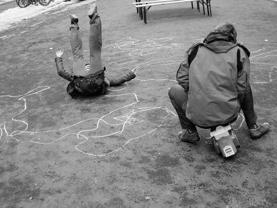 2006-02-14_08650 Unfall mit Fahrerflucht im Minutentakt! Diese Aktion war ein neuer Ruf der Leipziger Studenten für eine Fußgängerzone in der Beethovenstraße, wo zwischen Albertina (Hauptbibliothek) und GWZ (Geisteswissenschaftliches Zentrum) tag täglich viele Studenten häufig die Straße überqueren müssen - inklusive mir. Jeder Unfall zwischen dem Fahrer des Miniautos und des Fußgängers wurde mit 'original Polizeikreide' auf der Straße dokumentiert. (hier klicken für neue Version) Hit-and-run accident in the minute cycle! This was another call of students in Leipzig to get a pedrestrian area in the Beethovenstraße where daily many of them have to pass the street a lot between the Albertina (main library of the University of Leipzig) and the GWZ (center of the arts) - including me. Every accident between the driver of the mini-car and the pedestrian was documentated using 'original police' chalk. (click here for new version)