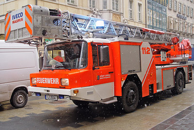 2006-03-16_09000 Feuerwehrauto aus Leipzig - endlich habe ich die Leipziger Feuerwehr mal rumstehen sehen. Ansonsten ist sie immer nur an mir vorbeigerast und ich hatte keine Chance ein Foto für CJ zu machen. Firetruck in Leipzig - finally I've seen the firefighters of Leipzig standing around. All the other times they just passed me in a rush without giving me an opportunity to take a shot for CJ.