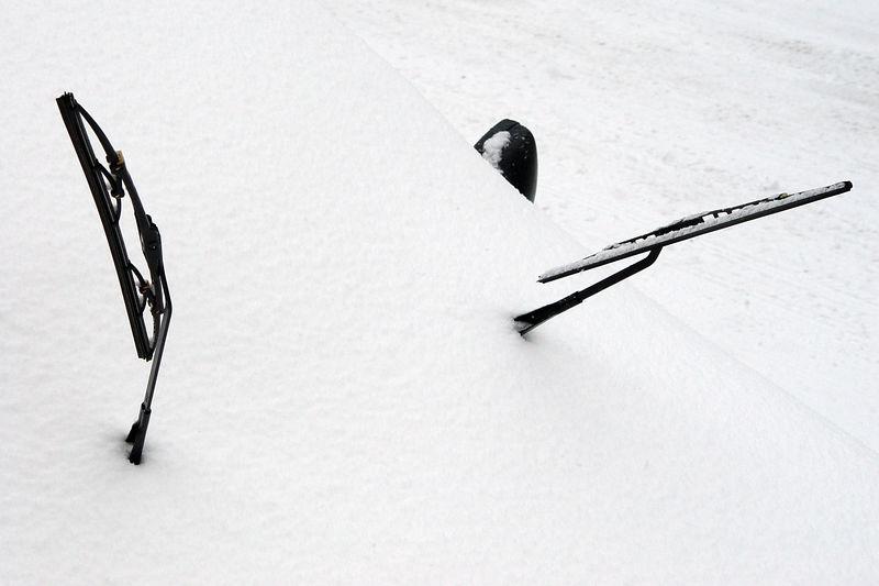 2006-03-12_08957 Schaut so aus als wenn das hypermoderne Navigationssystem von dem wenigen, aber kontinuierlichen Schneefall ausgeknockt wurde. Es kann sich nicht mal mehr für eine Richtung entscheiden. Looks like the next-generation navigation system was knocked out by few, but continous snowfall this winter. It can't even deceide on a direction to point to.