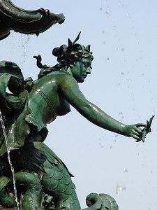 2006-05-08_09655 Close-up of the fountain in front of the Gewandhaus (concert hall in Leipzig) at the Augustusplatz. Detailaufnahme des Springbrunnens vor dem Gewandhaus am Augustusplatz. Foto de los detalles de la fuente delante de la Gewandhaus (casa de conciertos en Leipzig) a el Augustusplatz (plaza).