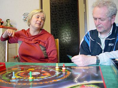 2006-05-25_09824 I used the Ascension day to make a quick short-trip home to suprise my parents. We played a quiz game (Spiel des Wissens - Game of Knowledge) as it rained all the time. It was a fun day with the family. Ich hab Himmelfahrt genutzt um einen schnellen Kurzausflug Heim zu machen und meine Eltern zu überraschen. Wir haben das 'Spiel des Wissens' gespielt, weils draussen die ganze Zeit geregnet hat. Es war ein lustiger Tag mit der Familie. Usé el Día de la Ascensión para ir a casa  y sorprender mis padres. Jugamos el Spiel des Wissens (juego de saber), porque llovió afuera. Fue un día más alegre con mi familia.