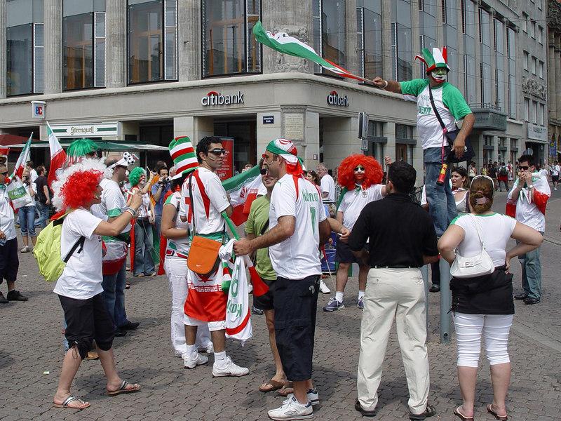 2006-06-21_10156 Iranian football fans in Leipzig (World Cup 2006 gallery) iranische Fußballfans in Leipzig (WM 2006 Galerie) fan iraní del fúbol en Leipzig (mira al álbum del Mundial 2006)