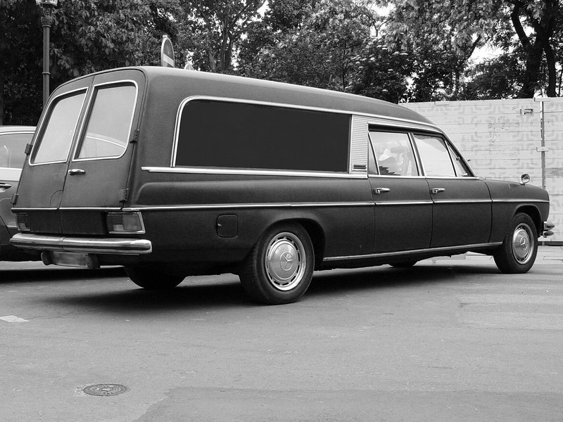 """2006-06-04_09964 <span class=""""eng2""""><p>The hearse car at the Wave Gothic Treffen 2006 in Leipzig. </p></span><span class=""""ger""""><p>Der Leichenwagen beim Wave Gothic Treffen 2006 in Leipzig. </p></span><span class=""""esp""""><p>El coche fúnebre al Wave Gothic Treffen 2006 en Leipzig </p></span>"""