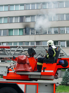 2006-09-04_11120 coordinating the extinguishing of the fire in the hall of residence Koordinieren der Löscharbeiten des Wohnhausbrandes coordina la extinción del incendio de la residencia