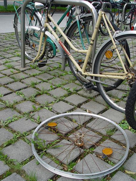 2006-08-30_11095 Every day a new broken bicycle Jeden Tag ein neues kaputtes Fahrrad cada día una otra bicicleta que está roto