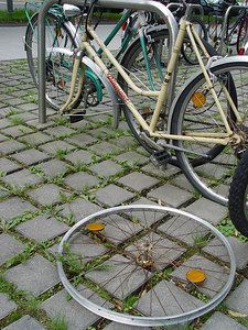 2006-08-30_11095 Every day a new broken bicycle Jeden Tag ein neues kaputtes Fahrrad cada día una otra bicicleta que está roto