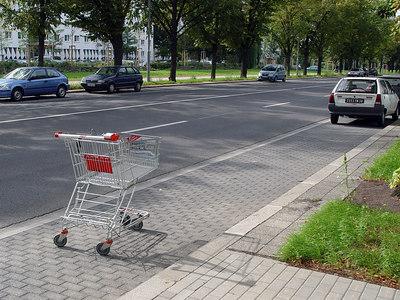 2006-09-01_11102 cart space Einkaufswagenstellplatz aparcamiento para el carrito de la compra