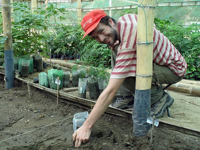 2006-11-17_11838 I'am planting some Seca seeds. Ich pflanze ein paar Seca Samen. Estoy plantando unas Seca semillas.