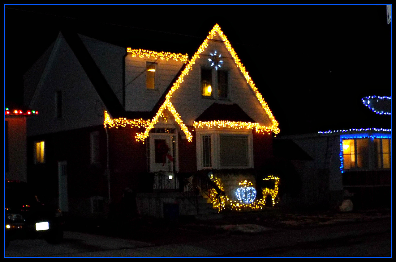 OUTDOOR LIGHTS MAKE MY CHRISTMAS NICER,,,TOO TIRED TO TAKE ANY SHOTS TODAY BUT WE HAD SUCH A WONDERFUL CHRISTMAS ... HUGS TO ALL MY SM FRIENDS AND MERRY CHRISTMAS!!!!!!! 25/12/16