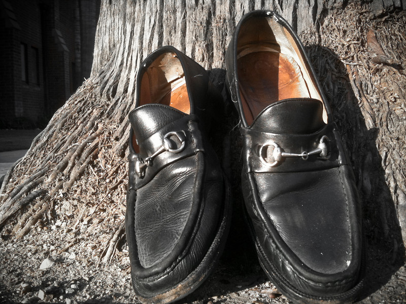 """<span id=""""date"""">_04/15/10_</span> <span id=""""title"""">Loafing</span> Happy Tax Day! These shoes were leaning against a palm tree at a bus stop this morning. I do not know why. Any ideas?  <a href=""""http://www.jawsnap.net/gallery/7157835_BfJPF#513528373_g2JbW"""">[last year]</a>"""