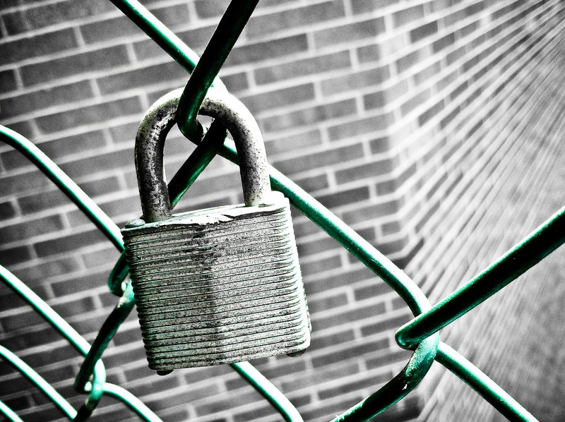 """<span id=""""date"""">_08/09/10_</span> <span id=""""title"""">Secured</span> I've photographed this random lock before, but it never made it to photo-of-the-day status. Today's it's lucky day. The chain link fence is painted green, so I kept that, but obviously played around with other settings.  <a href=""""http://www.jawsnap.net/Daily/year2/7157835_BfJPF#615447664_Zczub"""">[last year]</a> <em>the end of an awesome trip...</em>"""