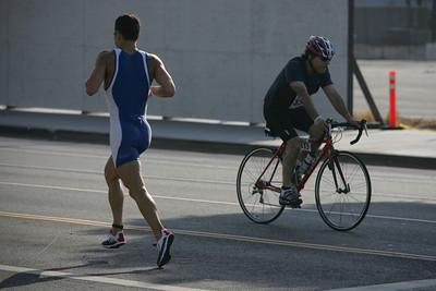 LA TRIATHLON--A runner and cyclist cross paths at the 2007 Los Angeles triathlon on Figueroa street sunday.    Photo by David Crane/Staff Photographer.