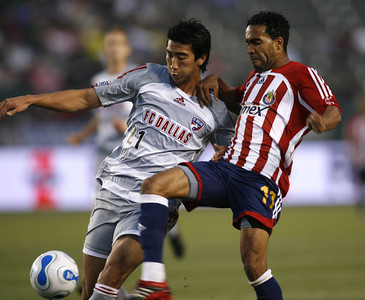 Chivas Maykel Galindo battles for control of ball against  Dallas Alex Yi during the first half of the game on Saturday, May 26, 2007 at Home Depot Center in Carson, Ca (Edna T. Simpson)