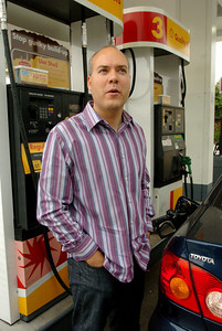 Kevin Parrow, 33, of Sherman Oaks, fills up his gas tank at the Shell Station at the corner of Van Nuys Blvd and Moorpark Street on Monday, May 21, 2007 in Sherman Oaks, Ca.  (Tina Burch/Staff Photographer)