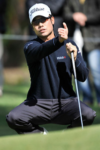 Kevin Na looks at the contour of the 1st green. The two putted for birdie during the third round of the Northern Trust Open at Riviera Country Club in Pacific Palisades , CA. 2-19-2011. (John McCoy/staff photographer)