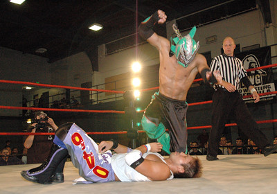 """Dragon Kid hits a knee on  Susumu Yokosuka during their match at the second night of Pro Wrestling Guerrilla's """"Battle of Los Angeles"""" at the National Guard Armory in Burbank, California on Saturday Sept.  1, 2007. (Shane Michael Kidder / Staff)"""