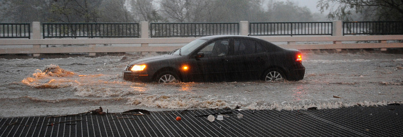 Drivers try to get through the high water along Balboa Blvd during the heavy rain storm that came through the valley that caused major flooding and blown down trees. Van Nuys. March 20,2011. Photo by Gene Blevins/LA Daily News