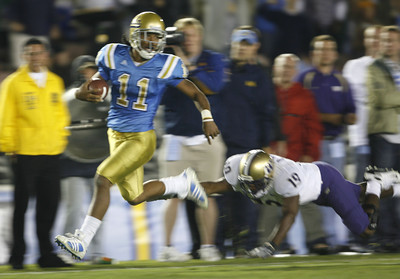 UCLA's Dennis Keyes streaks past Washington's Matt Mosley enroute to a touchdown during the third quarter on Saturday, September 22, 2007 at Rose Bowl. (Edna T. Simpson)