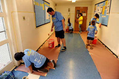 Students from UCLA spent the day at Sylvan Park Elementary School in Van Nuys painting and cleaning the campus. The 300 students at the school were part of the nearly 6,800 freshmen and transfer students from UCLA that were deployed to 26 locations throughout Los Angeles to do volunteer work on UCLA's third annual Volunteer Day. (Hans Gutknecht/Staff Photographer)