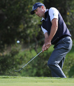 Matt Kuchar pitches his ball onto the 18th green during the second round of The Chevron World Challenge at Sherwood Country Club. Thousand Oaks, CA 12/02/2011(John McCoy/Staff Photographer)