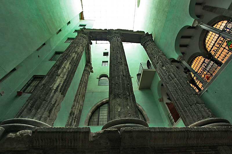 Old Roman columns were discovered inside a building in the Gothic Quarter