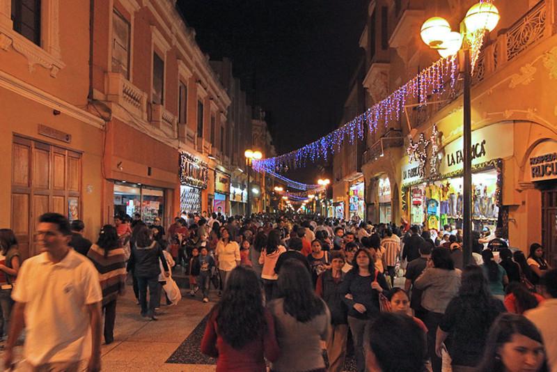 Shoppers choke Jiron de la Union pedestrian mall in Lima