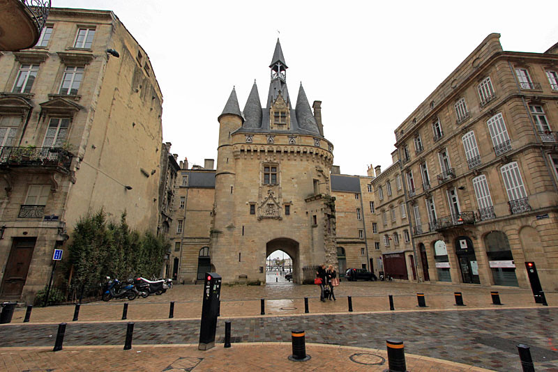 Porte Caihlau tower in Bordeaux, France